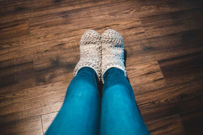 Sloffen en sokken parketvloer