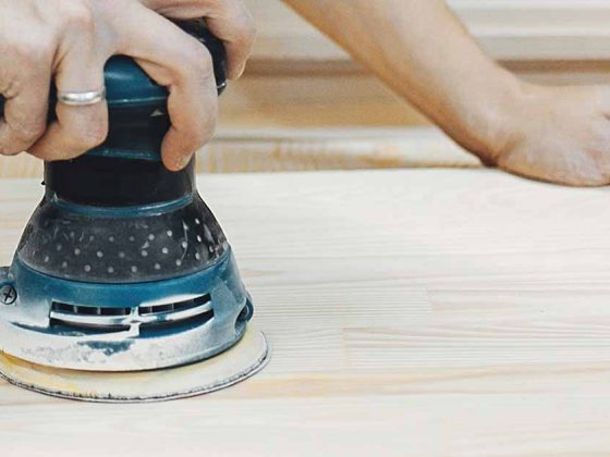 Hoe verwijder ik verf van hout?